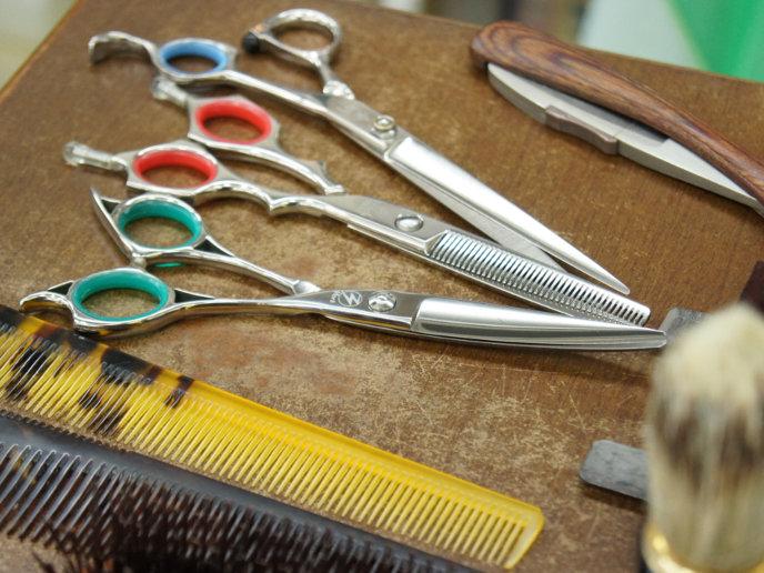 ハサミ、櫛、シェービングナイフなどの散髪道具
